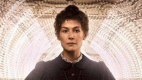 Η Rosamund Pike ως Marie Curie στο trailer του Radioactive